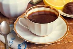 La vie toujours : une tasse de café noir sur la table Photographie stock