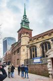 La vieille ?glise de Londres de toute sanctifie par la marche de tour et de personnes images libres de droits