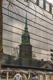 La vieille ?glise de Londres de toute sanctifie par la tour et elle est ?vidente en verre images stock