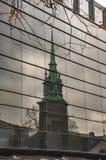 La vieille ?glise de Londres de toute sanctifie par la tour et sa r?flexion photos libres de droits