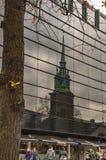 La vieille ?glise de Londres de toute sanctifie par la tour et un arbre images libres de droits