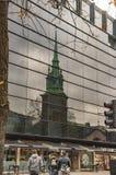 La vieille ?glise de Londres de toute sanctifie par la tour refl?t?e dans l'autre b?timent photo stock