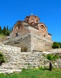 La vieille église en pierre contre le ciel bleu vif, St John à l'église du ` s de Kaneo d'Ohrid Image libre de droits