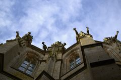 La vieille église gothique avec des gargouilles photos stock