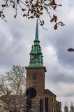 La vieille ?glise toute de Londres sanctifie par la tour et c'est vert peint image stock
