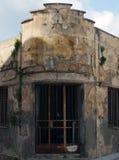 La vieille épave a abandonné le bien commercial avec les murs minables criqués de émiettage et les barres de fer de rouillement à Photos libres de droits