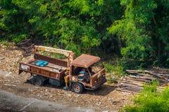 La vieille épave de camion est partie dans la région sauvage par la vue courbe Image stock