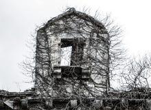La vieille antiquité hantée fantasmagorique effrayante en pierre ruinée a abandonné abandoné Image stock