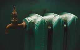 La vieille batterie verte de fer de Paited avec le robinet de cuivre jaune ; Modifié la tonalité Photo libre de droits