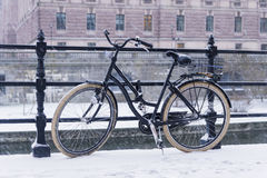La vieille bicyclette s'est garée sur un pont à Stockholm Images libres de droits
