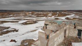 La vieille brique a détruit le bâtiment en hiver Vue aérienne, le bâtiment sans toit de brique banque de vidéos