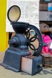 La vieille broyeur de café a montré à un café image stock