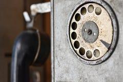 La vieille cabine téléphonique soviétique de téléphone avec un appeleur de disque, appellent des services spéciaux, rétros, fin photographie stock