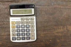 La vieille calculatrice sur la table en bois Photo stock