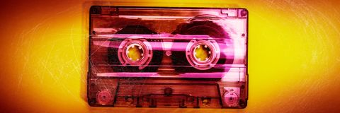La vieille cassette sonore est sur un fond jaune photo libre de droits