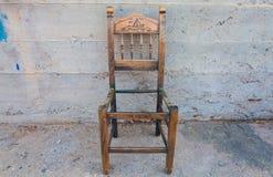 La vieille chaise en bois sur le mur en béton de fond Photo stock