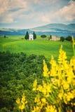 La vieille chapelle sur les champs de la Toscane, Italie Images libres de droits