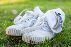 La vieille chaussure de toile sale a été utilisée comme chaussure de formation est sur le GR Photographie stock