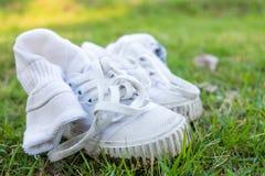 La vieille chaussure de toile sale a été utilisée comme chaussure de formation est sur le GR Image libre de droits