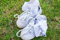 La vieille chaussure de toile sale a été utilisée comme chaussure de formation est sur le GR Photos stock