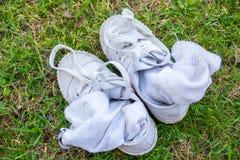 La vieille chaussure de toile sale a été utilisée comme chaussure de formation est sur le GR Photo libre de droits
