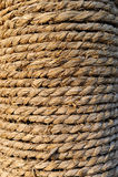 La vieille corde de Manille a enroulé soigné et serré autour du pôle photographie stock