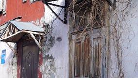 La vieille cour le mouvement vertical de l'appareil-photo, le bâtiment est vieille, sèche herbe, le vieux porche, les vieux panne clips vidéos