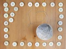 La vieille couture boutonne le cadre et la boule de la toile filète au milieu Configuration plate, vue supérieure Copiez l'espace Image libre de droits