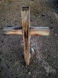 La vieille croix grave en bois occidentale, non marquée, se ferment vers le haut de l'image dans le cimetière en Arizona image stock