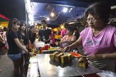La vieille dame carreau-a fait frire le pain mou à PJ Pasar Malam Image stock