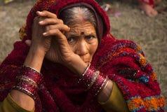 La vieille dame regardant l'appareil-photo Photographie stock libre de droits