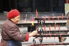La vieille dame travaille dans le temple de Taoist Photos libres de droits