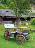 La vieille diligence originale près de la maison en bois illustration stock