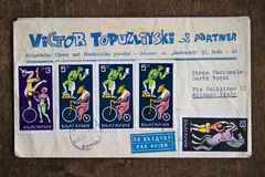 La vieille enveloppe avec le Bulgare emboutit représenter quelques acrobates là-dessus Photo libre de droits