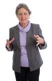 La vieille femme d'une chevelure grise fronçant les sourcils en douleur avec l'arthrite a isolé o Image stock