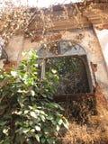 La vieille fenêtre avec la terre cuite a couvert de tuiles le toit Détails architecturaux de Goa, Inde image stock