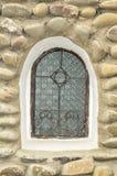 La vieille fenêtre d'un monastère orthodoxe Photos stock