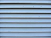 La vieille fenêtre de jalousie avec le gris en bois de lamelles a peint la texture Photos stock