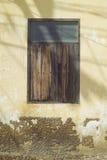 la vieille fenêtre en bois sur le mur antique de ciment avec la lumière et l'ombre, vintage brun a filtré l'image Photos stock