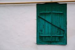La vieille fenêtre verte Pipe de gaz jaune photographie stock