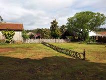 La vieille ferme a jet? avec le tracteur dans et avec des plantations autour photographie stock libre de droits