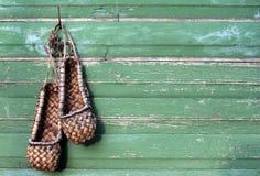 La vieille filasse chausse les chaussures russes traditionnelles Photographie stock libre de droits