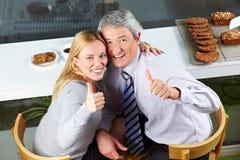 La vieille fixation de couples manie maladroitement vers le haut Image stock