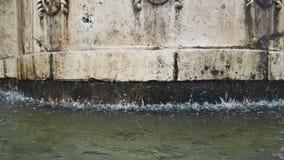La vieille fontaine ? Matera avec de l'eau tombant vers le bas et les baisses rebondissent, monument historique et clips vidéos