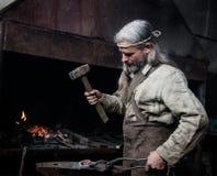 La vieille forge de forgeron forge des produits métalliques Image stock