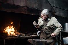 La vieille forge de forgeron forge des produits métalliques Images stock