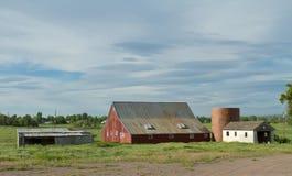 La vieille grange rouge brille pendant le matin Sun Photo libre de droits