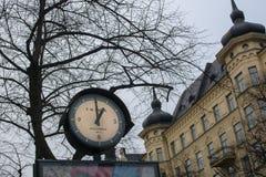 La vieille horloge de rue montre un P.M. sur Odengatan images libres de droits