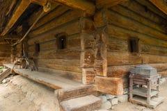 La vieille hutte ukrainienne authentique, faite de faisceaux en bois avec de petites fenêtres dans elle Photos libres de droits