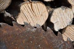 La vieille lame de scies rouillée sur la circulaire a vu avec du bois Photo libre de droits